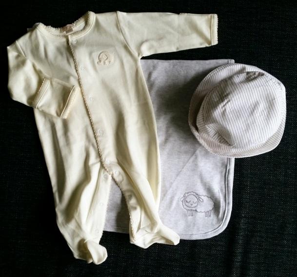 filt, pyjamas och mössa