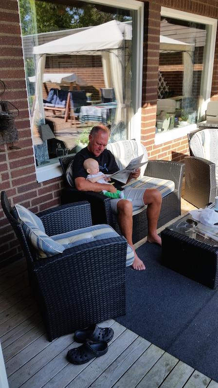 morfar läser tidningen